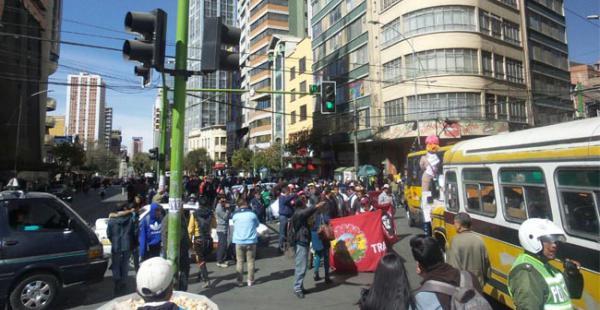 La ciudad de La Paz volvió a congestionarse por la marcha de extrabajadores de Enatex