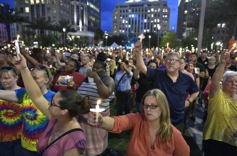 Una multitud participa en una vigilia hoy, lunes 13 de junio de 2016, en homenaje a las víctimas del ataque con arma de fuego en un club LGTBI en Orlando, Fl., a las afueras del bar gay Stonewall Inn en Nueva York (EE.UU). Foto: AFP