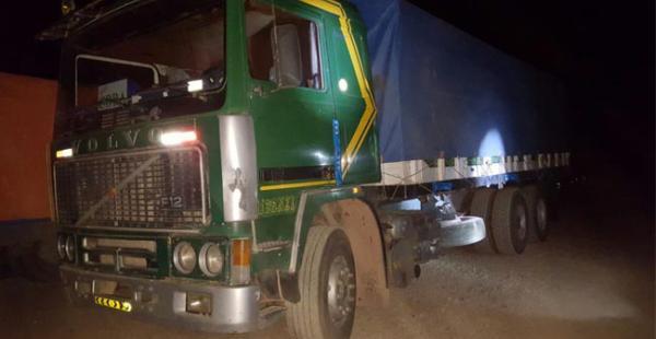 Este es uno de los camiones en las que se transportaba las mercancías de contrabando en Oruro