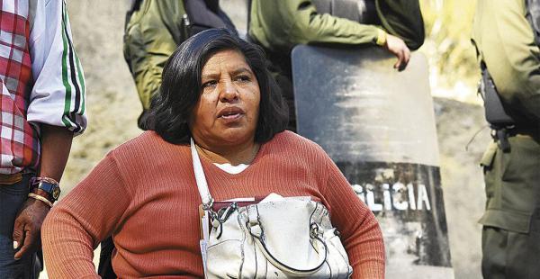 Mujer de coraje y valentía pese al frío intenso y a la falta de baños y condiciones no adecuadas, feliza sigue adelante con la vigilia en la sede de Gobierno