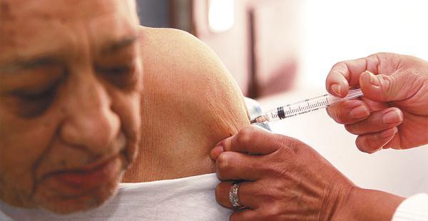 Carlos Irusta, de 78 años, acudió ayer al centro Elvira Wunderlich a hacerse vacunar contra la influenza