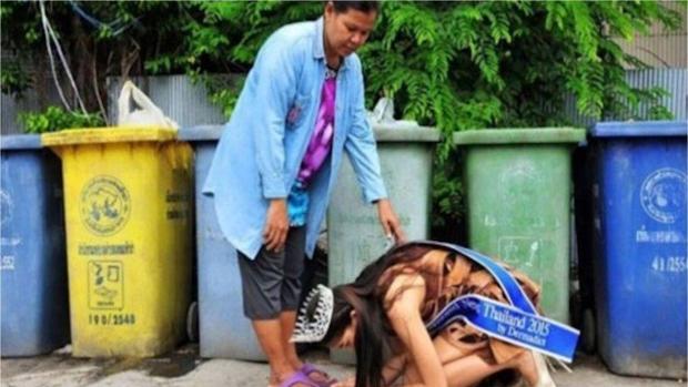 La imagen de Khanittha Phasaeng besando los pies de su madre que ha recorrido el mundo