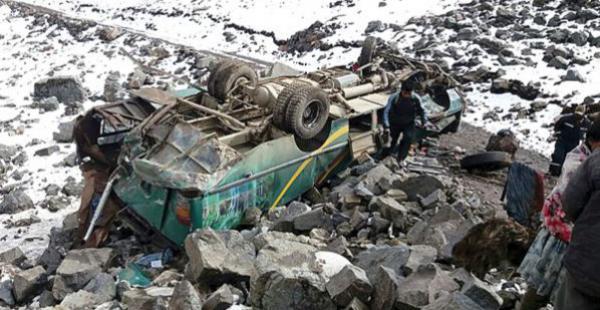Así quedó el motorizado que cayó a un barranco de 100 metros en Cochabamba