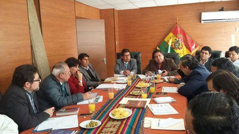 Autoridades del gobierno nacional, TCP y el TSE en la reunión desarrollada en Sucre por el referéndum autonómico.