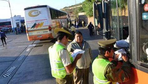 Policías controlan en la terminal de buses de Cochabamba.