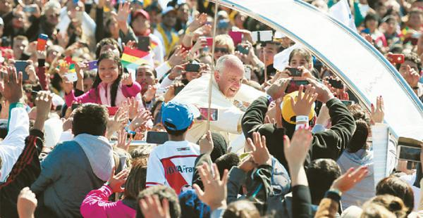 El papa Francisco en su recorrido hacia el Cristo Redentor, en Santa Cruz