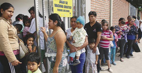 Largas filas de gente esperando para hacerse vacunar se registraron ayer en los centros de salud