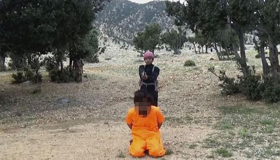 """<span class=""""caps"""">ISIS</span> publicó un video donde se observa a un niño ejecutando a un talibán en alguna zona de Afganistán o Pakistán. (Foto: <span class=""""caps"""">ISIS</span>)"""
