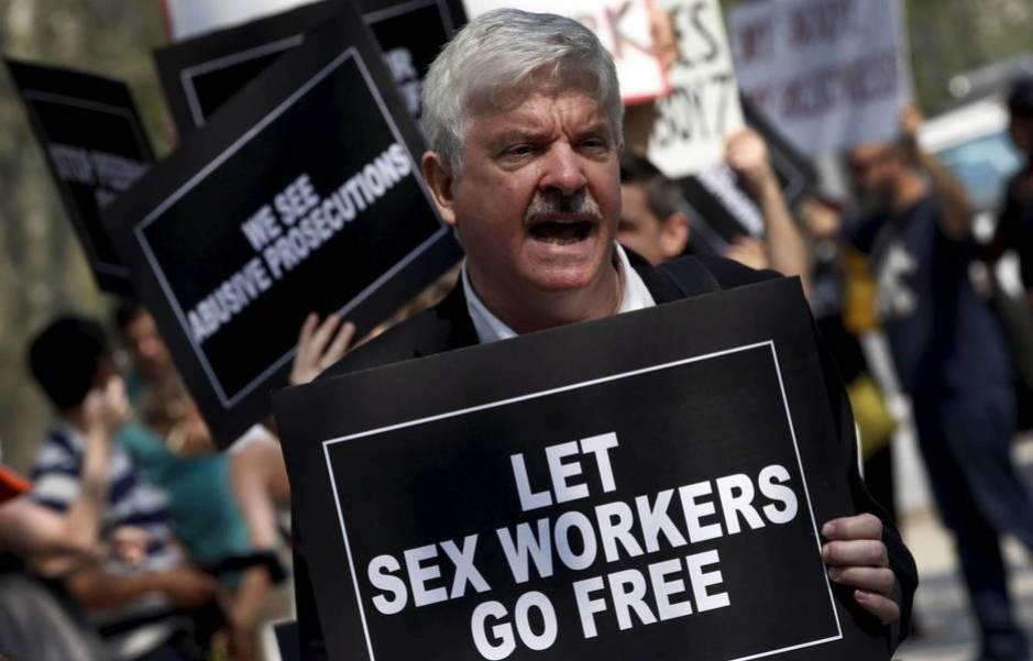 Manifestante protesta contra el arresto de los trabajadores sexuales de Rentboy.com. (Reuters/Mike Segar)