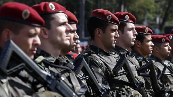 Miembros de la tropa de paracaidistas del Ejército brasileño, que formará parte de los cuerpos de seguridad de los juegos  .EFE