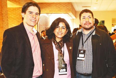 APROVECHARON PARA CONVERSAR. Juan Trujillo, Karem Infantas y Carlos Égüez escucharon atentos la exposición