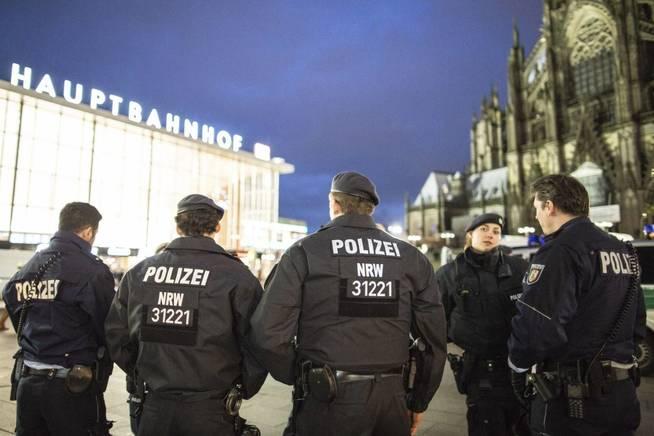 Varios policías patrullan cerca de la estación central de tren de colonia, alemania, el 6 de enero del 2016. (EFE)
