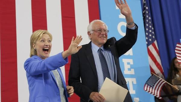 Hillary Clinton y Bernie Sanders, juntos por primera vez en un acto de campaña, en New Hampshire. / Reuters