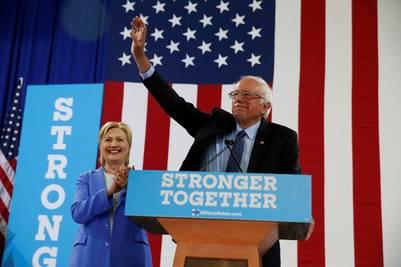Bernie Sanders y Hillary Clinton, en el acto electoral en Portsmouth, New Hampshire. / AP