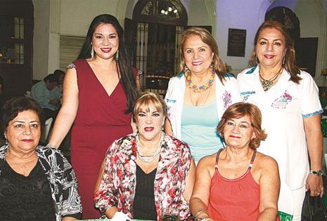 FAMILIA. (Atrás) La esposa de Carlos Arrien, Claudia Tomelic, Mirna Claure y Miriam Saucedo. (Sentadas) La madre del nuevo presidente, Ana María Cronenbold, y 'Charito' Vargas felicitaron al nuevo directorio