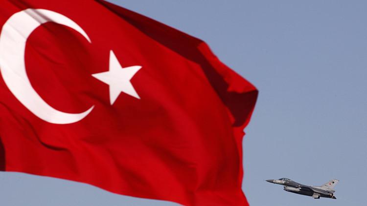 Avión de caza F16 de las Fuerzas Aéreas turcas en Konya