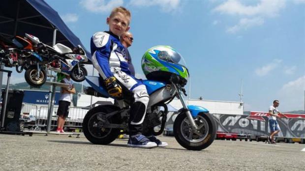 El pequeño Marco, de 6 años, estaba teniendo sus primeros contactos con las minimotos