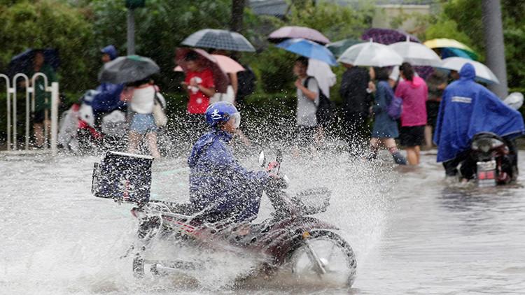 Repartidor de comida en la calle de Pekín.