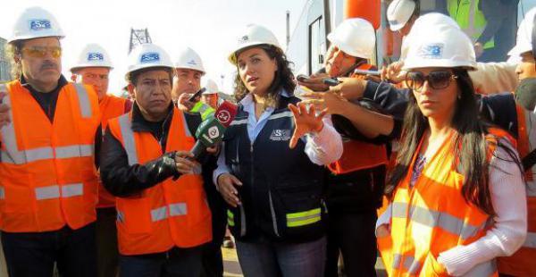 David Choquehuanca, durante su visita al puerto de Arica, sostiene los micrófonos de unos reporteros