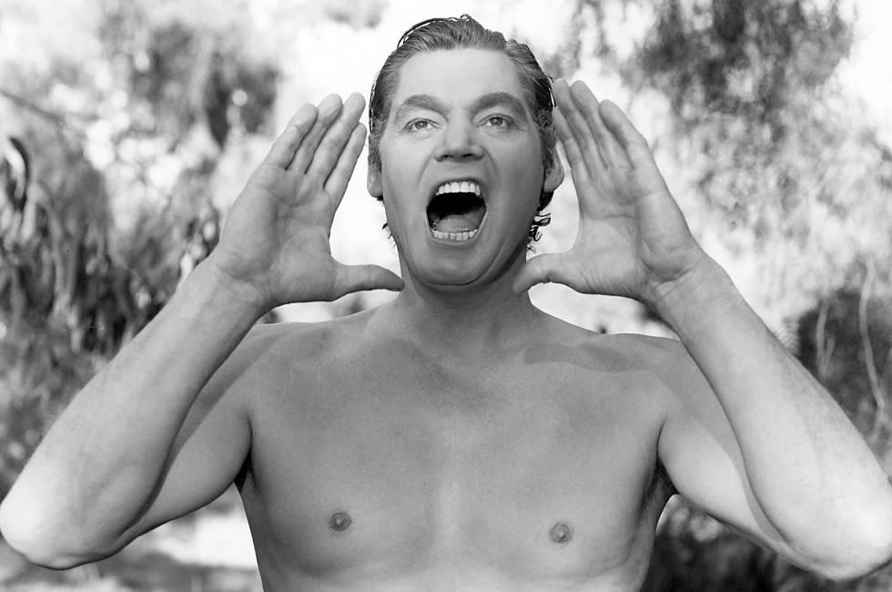 Johnny Weissmuller llevando a cabo el famoso grito de Tarzán. También lo gritaba en los pasillos del psiquiátrico donde ingresó.