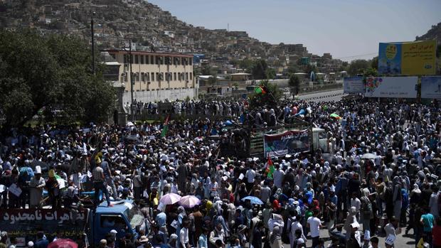 Miles de personas se manifestaron en el centro de Kabul cuando tuvo lugar el atentado