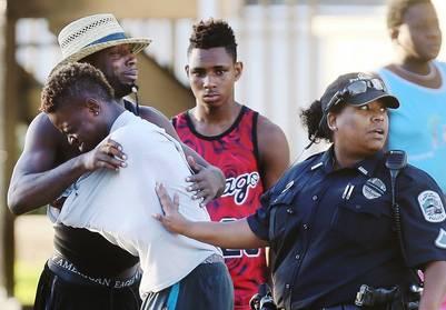 La gente busca consuelo tras el tiroteo en el boliche Club Blu en Fort Myers, Florida. / AP