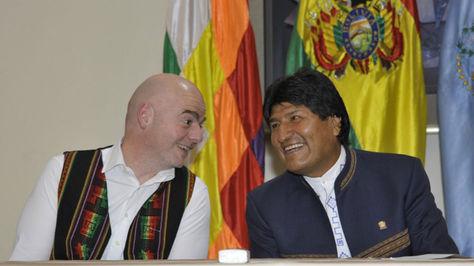 El presidente de la FIFA, Gianni Infantino, y el Mandatario Evo Morales en Palacio de Gobierno en marzo pasado