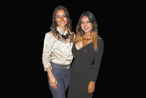 Posando. Linda Padiustinni y Yasmin Padilla