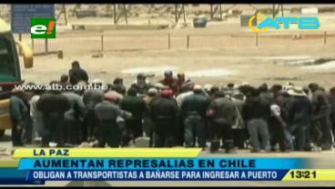 Chilenos obligan a bañarse a transportistas bolivianos antes de entrar al Puerto de Arica