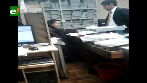 Filman a funcionaria recibiendo presunta coima en un juzgado de El Alto