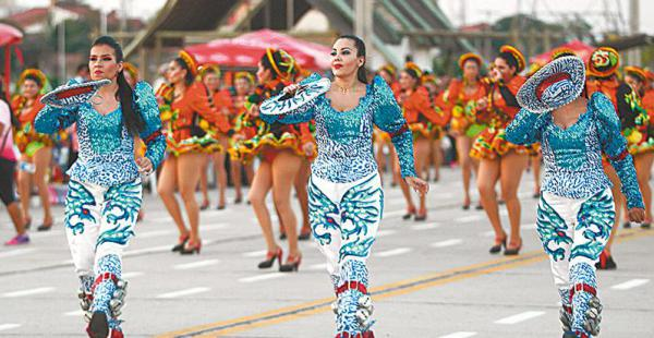 DEMOSTRÓ SU DESTREZA. Lena Makowsky (centro), modelo y candidata a miss Bolivia Mundo 2015, bailó con los caporales San Simón