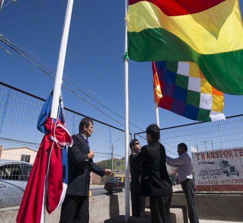 Iza de la bandera de Bolivia y la Wiphala