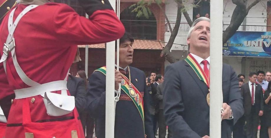 Evo Morales - iza de bandera