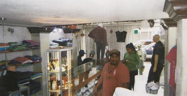 Gráfica policial del escenario de la tienda Punto D Marcas donde la banda operó en uno de los asaltos
