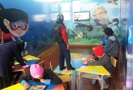 Los niños aprenden en estas aulas digitales