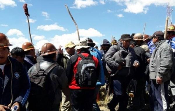 Radio Fedecomin anuncia que se intercambiarán mineros detenidos por policías rehenes
