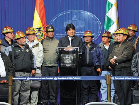 Consenso. El presidente Evo Morales junto a dirigentes cooperativistas, tras salir de la reunión en la Vicepresidencia.