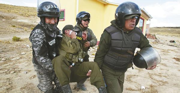 Un policía es retirado de la zona de Mantecani, luego de que fue herido en la pugna