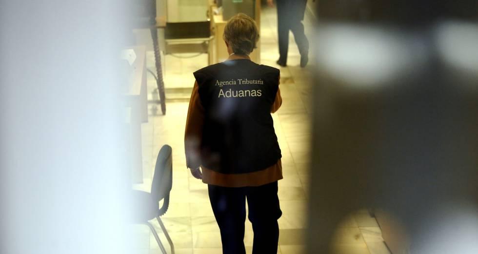 Una agente de la Agencia Tributaria durante un registro.