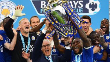 El capitán del Leicester City, Wes Morgan, y su gerente, Claudio Ranieri, levantan la copa de la Liga Premier. Los Zorros ganaron el campeonato por primera vez en su historia, una hazaña deportiva de un equipo muy modesto. (Crédito: Lawrence Griffiths/Getty Images Europe/Getty Images).