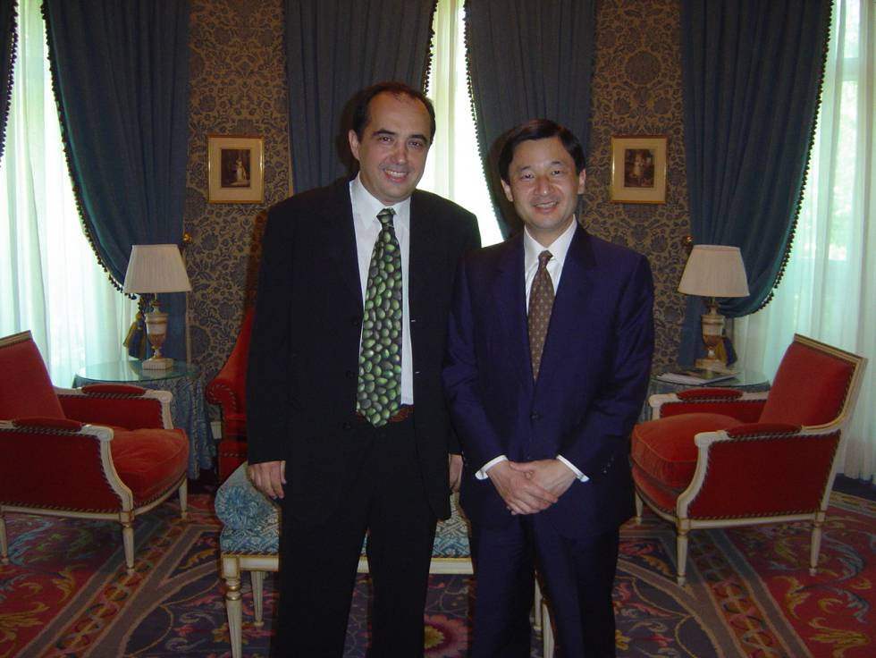 El príncipe Naruhito posa junto a su profesor antes de la boda del príncipe Felipe en Madrid.