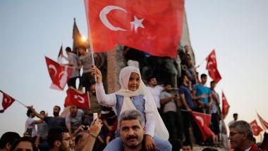 Una multitud se congregó en la Plaza de Taksim en Estambul para celebrara el fracaso del golpe de Estado en Turquía. (Crédito: YASIN AKGUL/AFP/Getty Images).