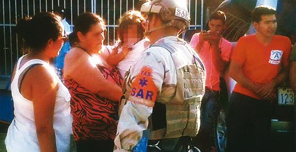 Los familiares de los accidentados aguardaron en el aeropuerto de San Borja el arribo de la avioneta que los trajo de nuevo a casa
