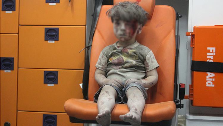 Omran Daqneesh, el niño sirio de cinco años rescatado de un bombardeo en Alepo, Siria