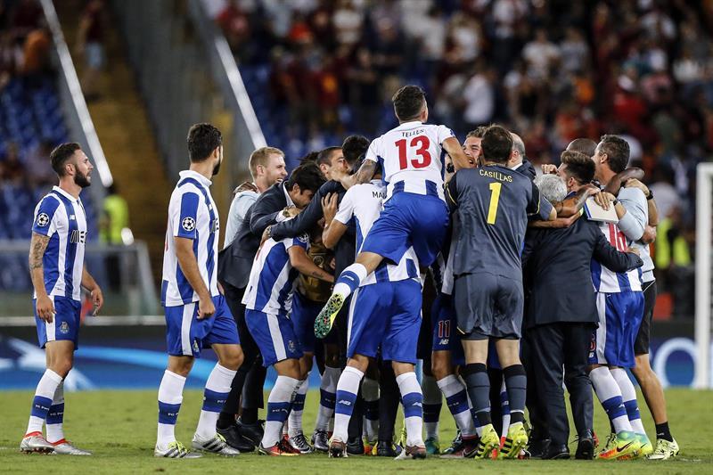 Jugadores de Porto celebran tras las acciones ante Roma hoy, 23 de agosto de 2016, durante un partido clasificatorio a la ronda de grupos de la Liga de Campeones de la UEFA en el Estadio Olímpico de Roma. EFE