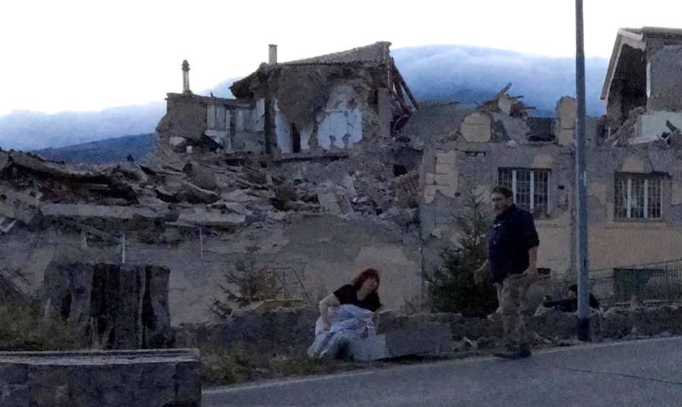 Habitantes del poblado de Amatrice permanecen en la calle luego del terremoto de 6,2 grados de este miércoles.