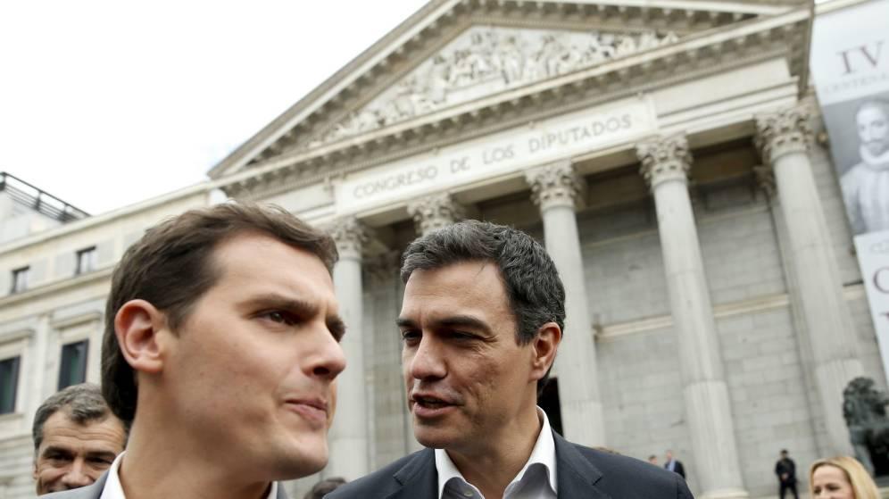 Foto: Pedro Sánchez y Albert Rivera, durante los homenajes en la plaza de las Cortes al VI Centenario de la muerte de Cervantes. (EFE)