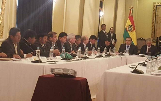 Gobernador Costas afirma que Gobierno dispuso de $us 180.000 millones y que Bolivia sigue siendo pobre