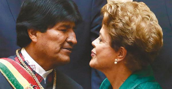 en el pasado cercano evo y dilma se saludan en las gradas de palacio quemado La ex presidenta brasileña vino para la tercera posesión de Evo Morales a la Presidencia