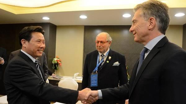 Macri con Liang Wengen, titular de Sany. empresa dedicada a la producción de maquinaria para la construcción. (DYN)